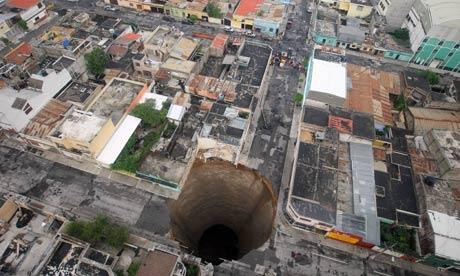 以下の写真はGiant crack in Africa formed ... 世界各地の巨大穴と